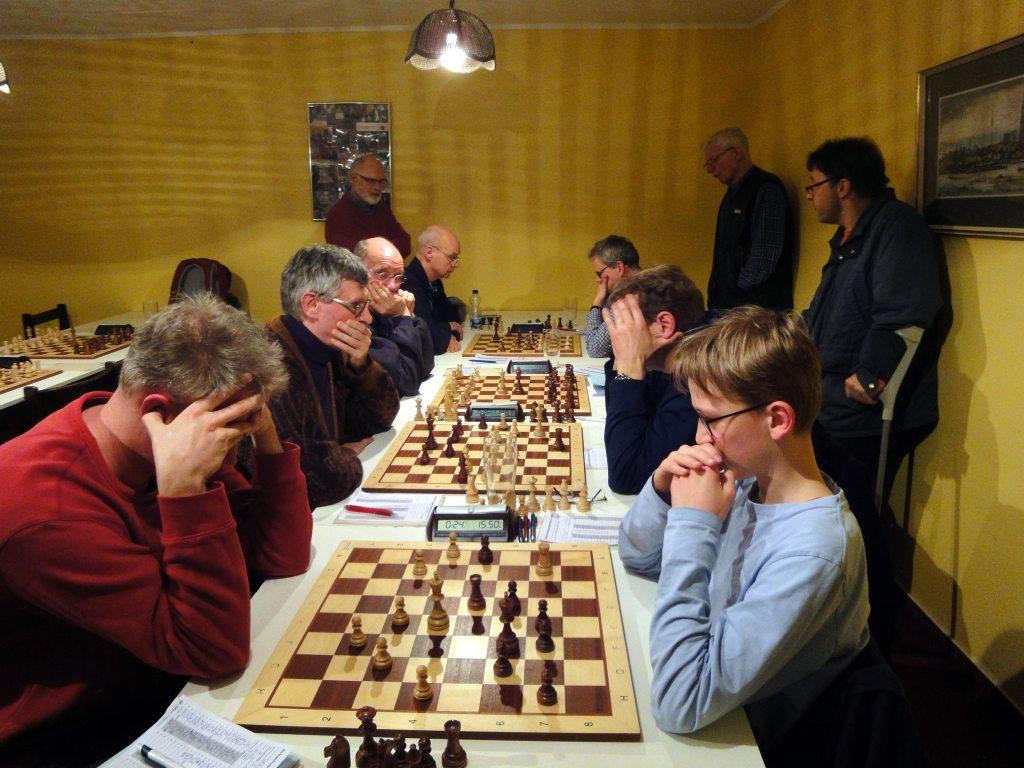 An den Brettern 1 (Helge Hedden gegen Jakob von Rosen), 2 (Stefan Weißhuhn gegen Rolf Puster) und  4 (Gerd Reinecke gegen Jan Zierott) wurde noch hart gekämpft.